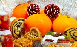 Mandarini di Natale, dolce turco; lokum, pinecone e fragile immagini stock