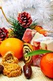 Mandarini di Natale, dolce turco; lokum, pinecone e fragile fotografie stock libere da diritti
