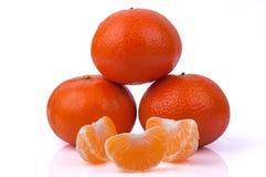 Mandarini e fette dei mandarini su fondo bianco Immagini Stock Libere da Diritti