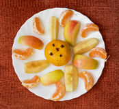 Mandarini e mele affettati su un piatto bianco Fotografie Stock Libere da Diritti