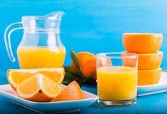 Mandarini freschi, arance, succo d'arancia Immagini Stock