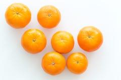 Mandarini isolati sui precedenti bianchi Fotografia Stock