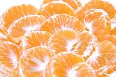 mandarini Raccolta dei frutti della clementina o dell'intero mandarino e segmenti sbucciati su fondo bianco con la clip Immagine Stock