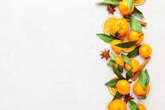 Mandarini selezionati freschi su una tavola di marmo Vista superiore Immagini Stock