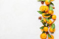 Mandarini selezionati freschi su una tavola di marmo Vista superiore Fotografia Stock