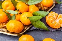 Mandarini selezionati freschi su una tavola scura Vista superiore Immagine Stock