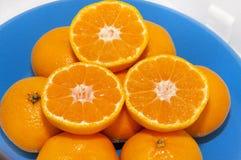 Mandarini sul piatto blu Immagini Stock Libere da Diritti