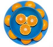Mandarini sul piatto blu Immagine Stock