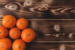 Mandarini sulla disposizione di legno del piano del fondo Fotografia Stock Libera da Diritti