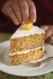 Mandarino che è disposto sul dolce alle carote Fotografie Stock Libere da Diritti