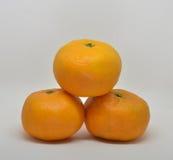 mandarino con il primo piano delle foglie su un bianco fotografia stock