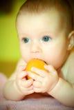 Mandarino dei eates del bambino Fotografie Stock