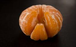 Mandarino delizioso arancio succoso con il primo piano delle fette fotografie stock
