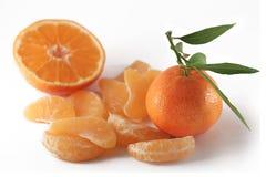 Mandarino e fette su bianco Fotografia Stock Libera da Diritti