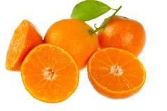 Mandarino fresco con i fogli, fine in su fotografie stock