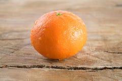 Mandarino (mandarino) su fondo di legno Fotografia Stock
