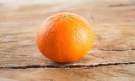 Mandarino (mandarino) su fondo di legno Immagine Stock