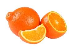 Mandarino o mandarino arancio con le fette isolate su fondo bianco Immagini Stock