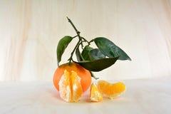 Mandarino sbucciato con le foglie e l'albero Fotografia Stock