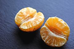Mandarino su scisto nero Fotografia Stock