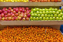 Mandarins and apples for sale Royalty Free Stock Photography