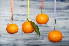 Mandarins hangen tegen de oude witte raad Stock Afbeelding