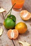 mandarins Nya tangerin på en träbakgrund Arkivfoton