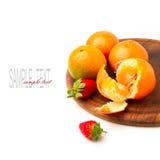 Mandarins och jordgubbar på trä stiger ombord Royaltyfria Foton
