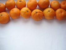 Mandarins op een rij met een achtergrond, hoogste mening Stock Foto's