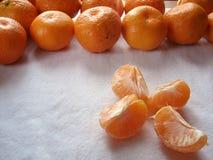 Mandarins op een witte achtergrond Gezuiverde mandarin Plakken van mandarijn, zijaanzicht Royalty-vrije Stock Afbeeldingen