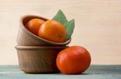 Mandarins på en träbakgrund Arkivbild