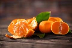 mandarins Tangerinnärbild på en träbakgrund Arkivfoton
