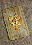 Mandarinsegment på träbräde Arkivfoton