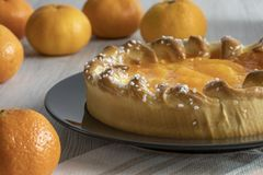 Mandarynów tangerines na nieociosanym tle i tort obraz stock