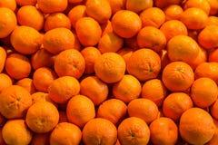 Mandaryn pomarańcze soczysty jaskrawy deseniowy źródło witaminy opiera się świeżego cięć i deserów owocowej sałatki tła trzon zdjęcia royalty free