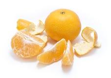 Mandaryn (tangerine) z segmentami ODIZOLOWYWAJĄCYMI Obraz Stock