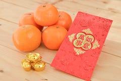 mandarynek pomarańcze z Chińskiego nowego roku czerwonymi paczkami (Cudzoziemski tex obraz stock
