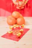 mandarynek pomarańcze z Chińskiego nowego roku czerwonymi paczkami (Cudzoziemski tex obrazy royalty free