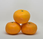 mandarynka z liścia zakończeniem na bielu Fotografia Stock