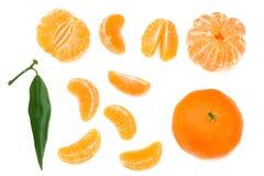 mandarynka z plasterkami i zielonym liściem odizolowywającymi na białego tła odgórnym widoku fotografia stock