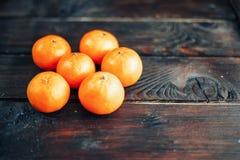 mandarynki pomarańcze Tangerines zakończenie na drewnianym tle zdjęcia royalty free