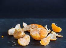 Mandaryny i cyzelowania na ciemnym tle obraz stock
