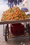 Mandaryny na ulicznym kramu Zdjęcia Royalty Free