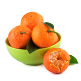 Mandaryny owocowi w zielonej filiżance na białym tle Organicznie owoc z liśćmi Zdjęcia Stock