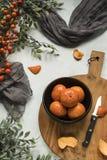 Mandaryny w czarnym pucharze, drewniana tnąca deska zdjęcia stock
