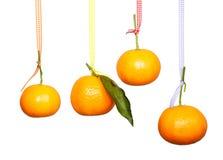 Mandaryny wieszają na barwionej taśmie Fotografia Stock