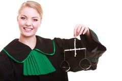 Mandataire féminine d'avocat dans la robe et les échelles de vert de noir de poli de classique Photo stock