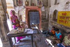 孩子和老师在一所村庄学校在Mandawa,印度 免版税库存照片