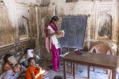 孩子和老师在一所村庄学校在Mandawa,印度 库存照片