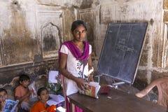 孩子和老师在一所村庄学校在Mandawa,印度 免版税库存图片